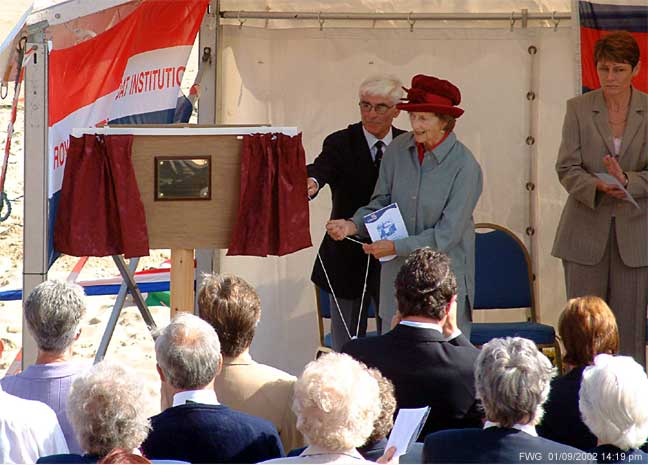 Elizabeth Dowager, Duchess of Northumberland unveils the memorial to the crew of the Richard Silver Oliver 63 years on. Cullercoats. Six lifeboat crew drowned in 1939